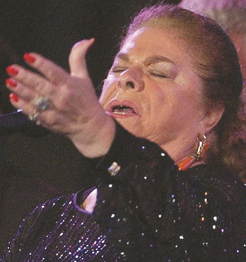 XII Bienal de Flamenco. La Paquera, cante, flanqueada por sus palmeros, El Chícharo y Gregorio
