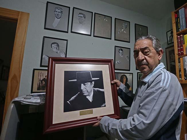 El expresidente de la peÒa flamenca 'El cante grande' en su museo particular.